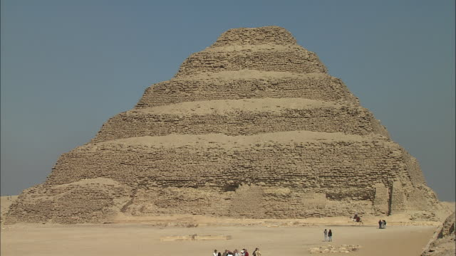 vidéos et rushes de tourists visit the pyramid of djoser in ancient egypt. - civilisation ancienne
