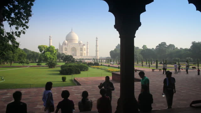 vídeos de stock, filmes e b-roll de tourists visit the taj mahal. - mausoleum