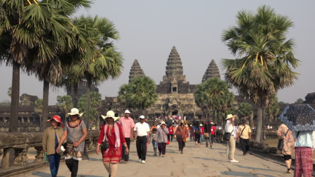 zo / tourists visiting angkor wat temple - gemeinsam gehen stock-videos und b-roll-filmmaterial