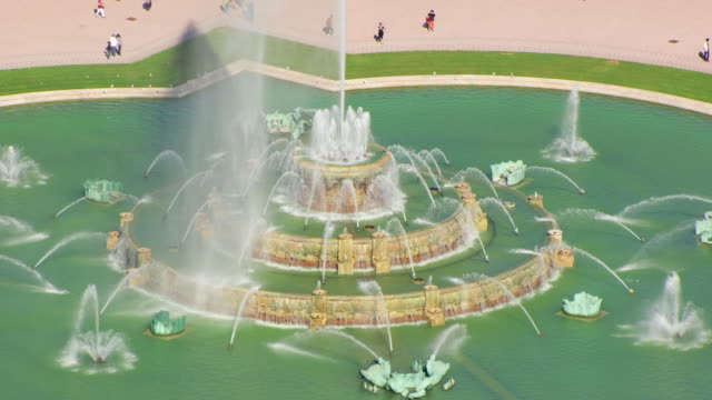 ws aerial pov tourists visiting buckingham fountain / chicago, cook county, illinois, united states  - buckingham fountain stock videos & royalty-free footage