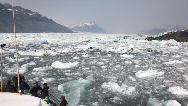 vídeos de stock e filmes b-roll de tourists visiting columbia glacier in alaska - gelo picado