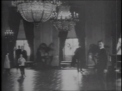 stockvideo's en b-roll-footage met 1915 ws tourists visiting east room of white house / washington, d.c., united states - woodrow wilson