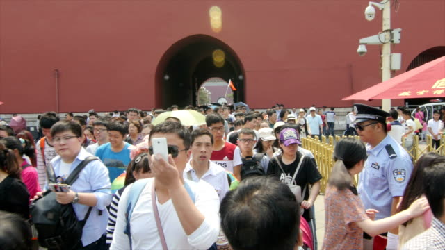 tourists visiting forbidden city - pechino video stock e b–roll