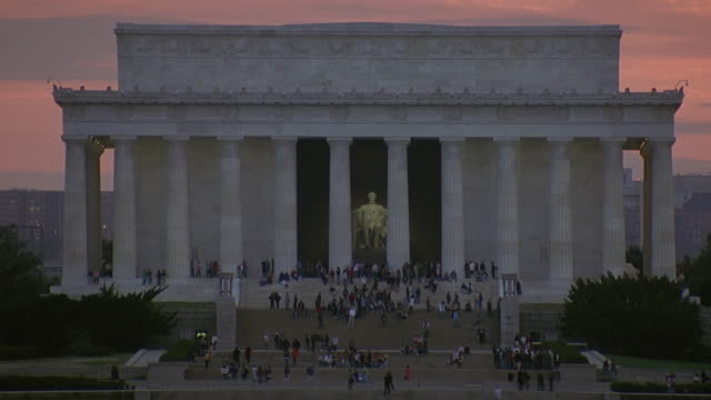 ls ws ha tourists visiting lincoln memorial / washington dc, usa - lincolndenkmal stock-videos und b-roll-filmmaterial