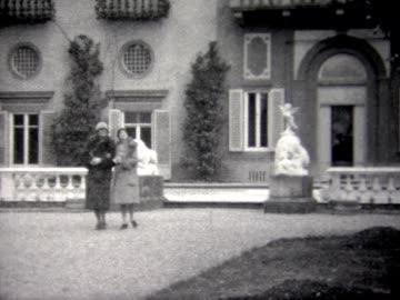 1929 tourists visiting palaces in venice - palace 個影片檔及 b 捲影像