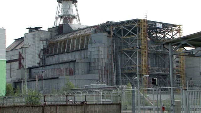 stockvideo's en b-roll-footage met tourists visiting the old nuclear plant of chernobyl in september 2010 various shots of tourists visiting the ghost town of pripyat includes archival... - kernramp van tsjernobyl