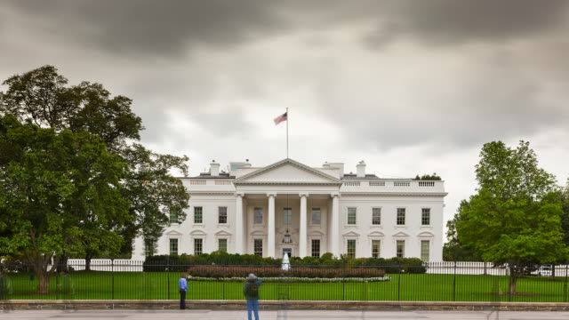 tourists visiting the white house - timelapse - weißes haus stock-videos und b-roll-filmmaterial