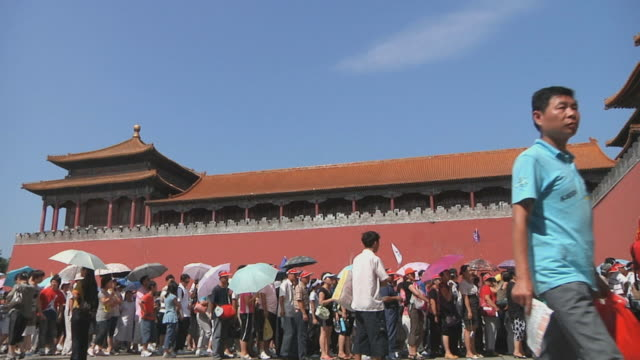 ws tourists waiting to enter meridian gate in forbidden city / beijing, china - courtyard stock videos & royalty-free footage