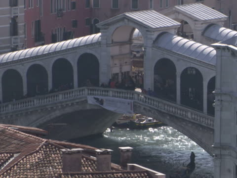 vídeos y material grabado en eventos de stock de tourists walk across the rialto bridge in venice. - puente de rialto