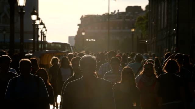 Touristen gehen Sie die Champs-Élysées mit späten Nachmittagssonne