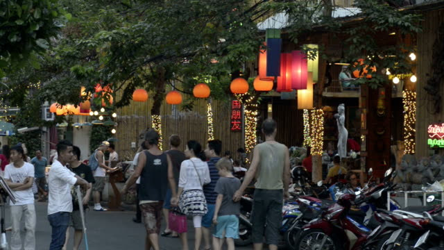 tourists walk in a street with restaurant in traveller quarter banglampoo - 固定された点の映像素材/bロール