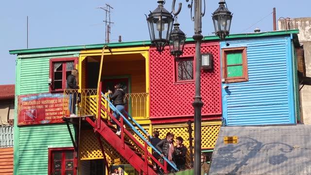 vidéos et rushes de tourists walk in the caminito , in la boca neighborhood on august 01 in buenos aires, argentina. - la boca
