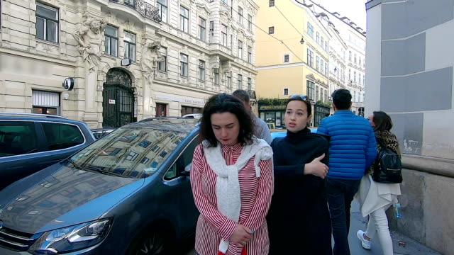 turister går genom gatorna i wien. österrike. - wien österrike bildbanksvideor och videomaterial från bakom kulisserna