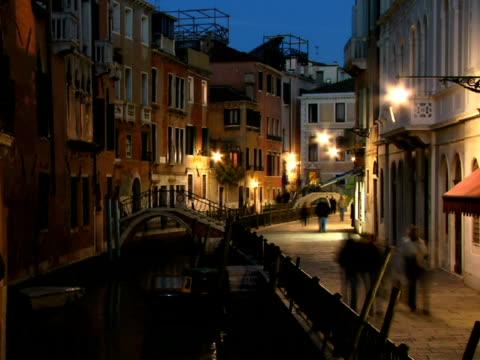 t/l ws tourists walking along canal on fondamenta de l'osmarin as gondola travels past / venice, italy - besichtigung stock-videos und b-roll-filmmaterial