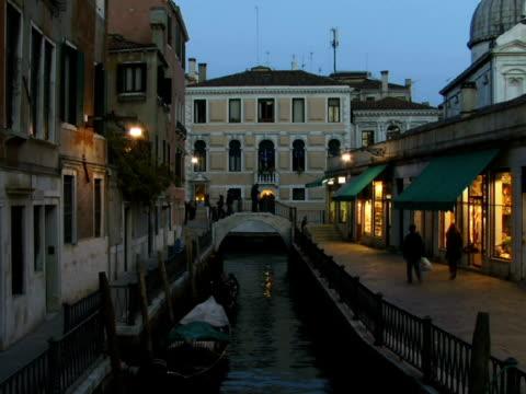 ws tourists walking along canal on fondamenta de l'osmarin / venice, italy - besichtigung stock-videos und b-roll-filmmaterial