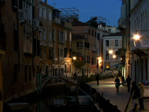 t/l ws tourists walking along canal on fondamenta de l'osmarin / venice, italy - besichtigung stock-videos und b-roll-filmmaterial