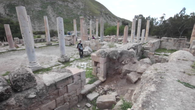 tourists walking among the ancient hellenistic and roman cities in pella, jordan - 遺跡点の映像素材/bロール