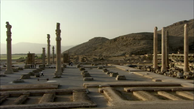 ws ha pan tourists walking around ancient city, persepolis, iran - persepoli video stock e b–roll