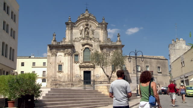 ms tourists walking from in front of matera church / matera, basilicata, italy  - cattedrale video stock e b–roll