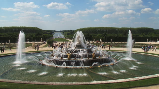 ws tourists walking in garden, fountain in foreground / versailles, ile de france, france - chateau de versailles stock videos and b-roll footage