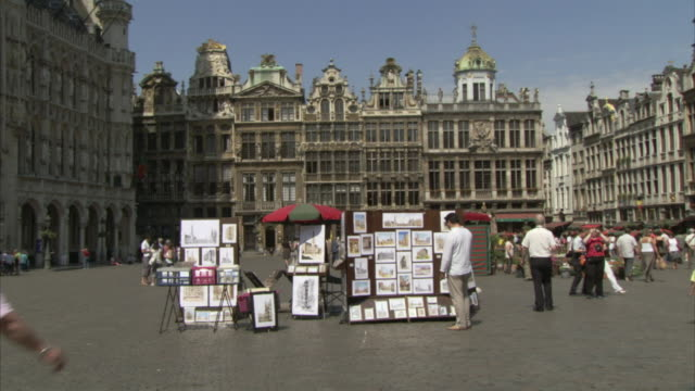 WS Tourists walking in Grand Place / Brussels, Belgium