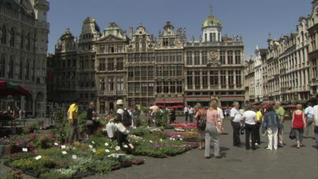 stockvideo's en b-roll-footage met ws tourists walking in grand place / brussels, belgium - marktkoopman