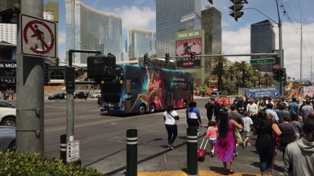 tourists walking in las vegas - las vegas crosses stock-videos und b-roll-filmmaterial