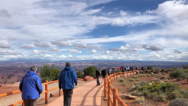 tourists walking in the canyonlands national park in america - キャニオンランズ国立公園点の映像素材/bロール