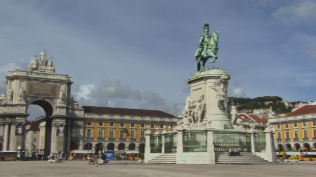 la ws pan tourists walking near arco triunfal da rua augusta and statue of dom jose / lisbon, portugal - arco triunfal stock videos & royalty-free footage