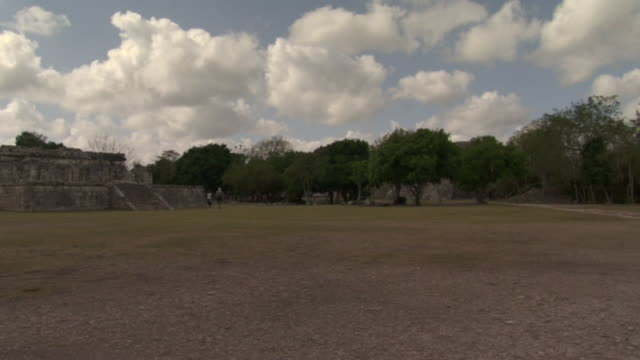 ws pan tourists walking near el caracol observatory at ancient mayan site chichen itza / yucatan, mexico  - ca. 7 jahrhundert stock-videos und b-roll-filmmaterial