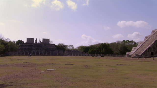 ws tourists walking near kukulkan pyramid and chac mool altar at ancient mayan site chichen itza / yucatan, mexico  - ca. 7 jahrhundert stock-videos und b-roll-filmmaterial