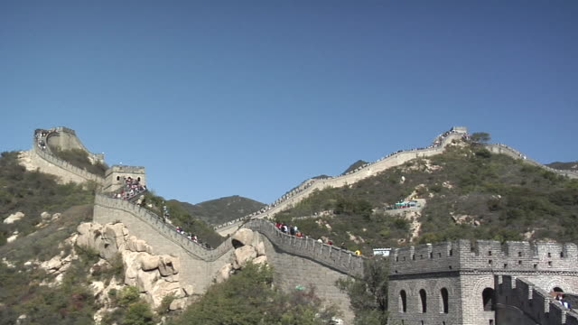 ws tourists walking on great wall at badaling/ beijing, china - badaling great wall stock videos & royalty-free footage