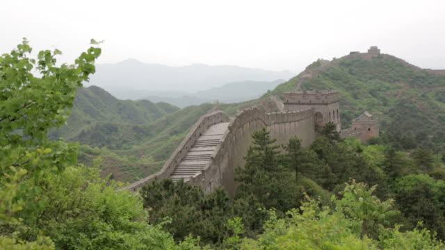 vídeos y material grabado en eventos de stock de los turistas caminando en la gran muralla china - pared de contorno