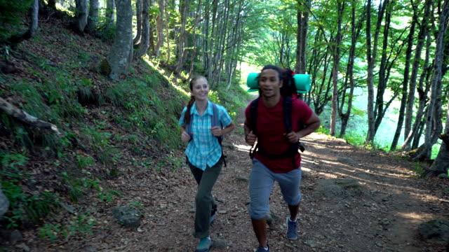山歩道の上を歩くと、お互いに話は観光客