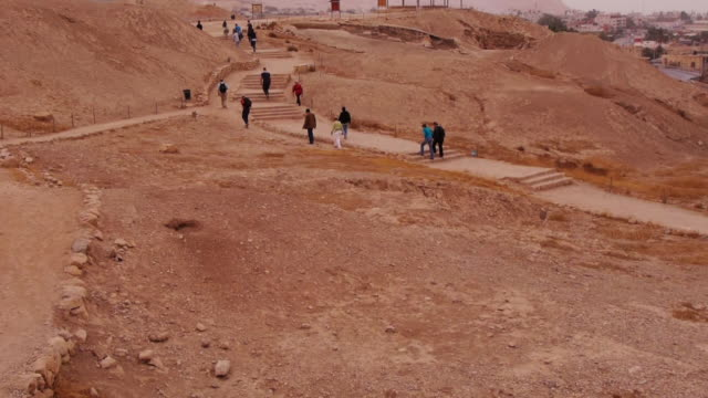 tourists walking to excavation site at tell es-sultan in jericho - archeologia video stock e b–roll