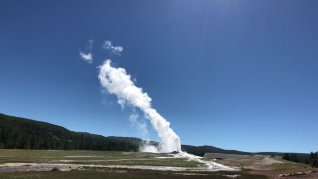 vídeos y material grabado en eventos de stock de tourists watching old faithful geyser eruption - punto de referencia natural