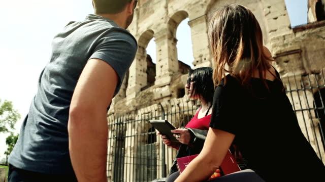 vidéos et rushes de touristes avec guide en face du colisée, rome - monument