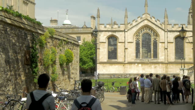 vidéos et rushes de tourists,street,radcliffe square,oxford,pan - oxford angleterre