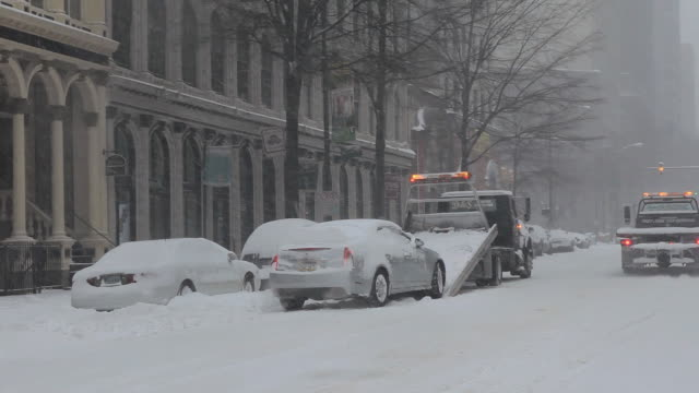 ws tow truck loading car in snow storm / richmond, virginia, usa - 2010 個影片檔及 b 捲影像