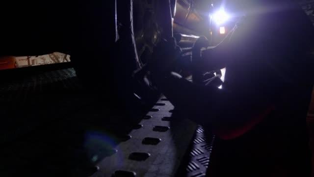 vídeos y material grabado en eventos de stock de remolque trabajando de noche. y mecánico reparando coche - grúa