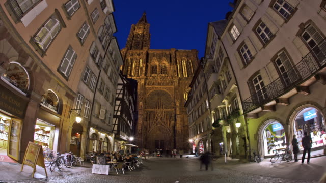 vídeos de stock e filmes b-roll de hyperlapse towards cathedral night - estrasburgo
