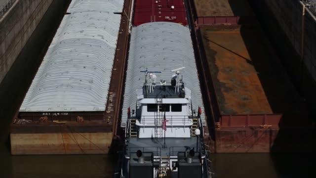 vídeos y material grabado en eventos de stock de towboats push barge traffic downriver toward the mcalpine locks on the ohio river on thursday june 16 2016 in louisville kentucky us shots view of... - río ohio