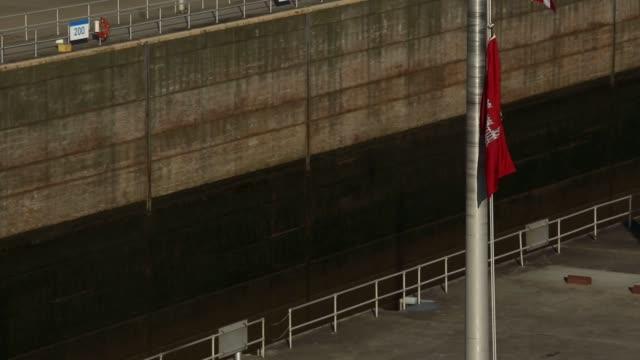 vídeos y material grabado en eventos de stock de towboats push barge traffic downriver toward the mcalpine locks on the ohio river on thursday june 16 2016 in louisville kentucky us shots ship sits... - río ohio