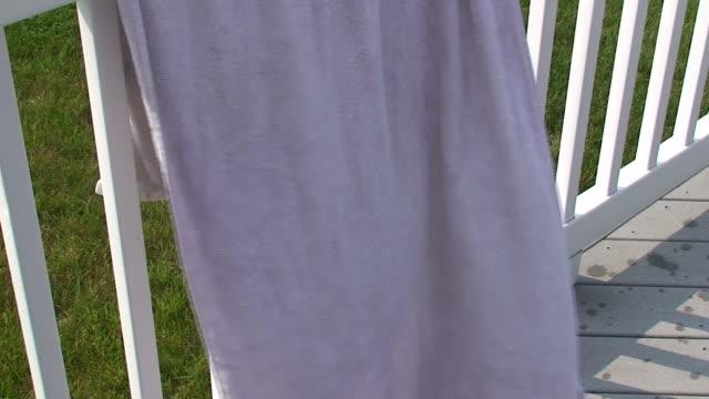 vídeos y material grabado en eventos de stock de toalla - estar colgado