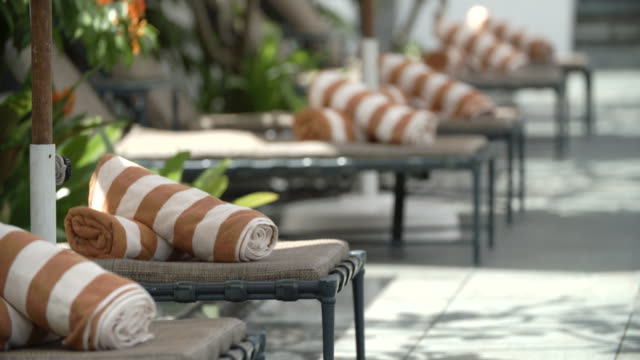 vidéos et rushes de towels by the poolside / singapore - rebord de piscine