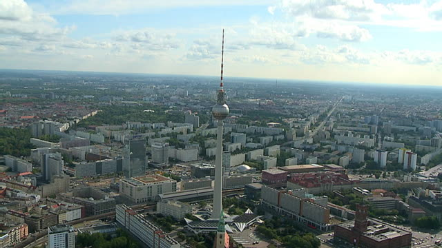 テレビタワーの乗り換えのドイツのベルリンにある空から見たホテル - テレビ塔点の映像素材/bロール