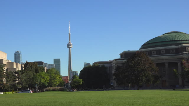 stockvideo's en b-roll-footage met cn tower and toronto skyline view from the university of toronto grounds, zoom in-canada - cn tower