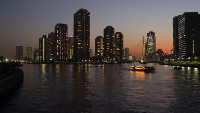 夕暮れ、隅田川、東京でアパートをタワーします。