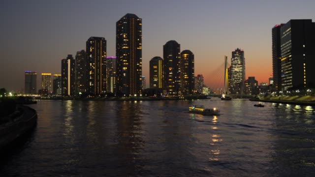 夕暮れ、隅田川、東京でアパートをタワーします。 - 運河点の映像素材/bロール