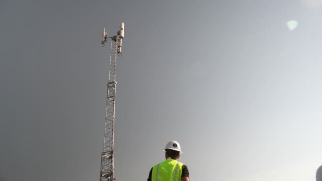 vídeos de stock, filmes e b-roll de tower being set and being ready for use at daniels park. the new equipment is part of a process of building a 5g network. in sedalia, colorado, u.s.,... - tower
